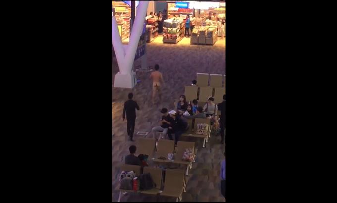 韓国系アメリカ人男性がプーケット空港で全裸で徘徊