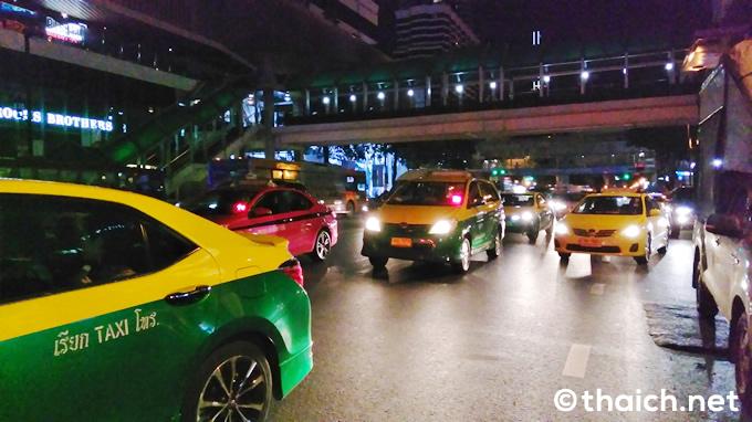タイのタクシー嫌い!雨の夜に乗車拒否をしまくるタクシーの動画が拡散中