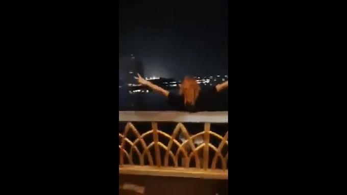 傷心女性が深夜の橋の上から飛び降りで行方不明、SNSでライブ中継