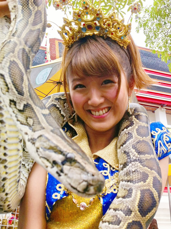 大蛇を首に巻く徳永千奈美さん
