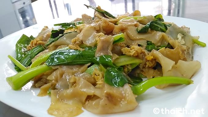 醤油炒め麺「パットシーウ」はタイ料理食堂の定番料理