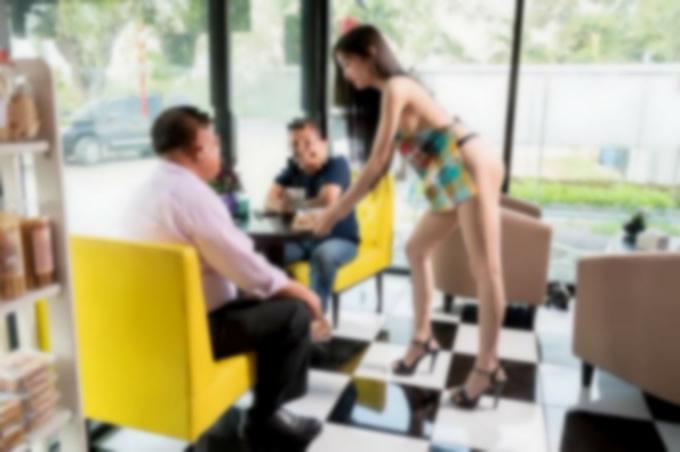 タイ警察、女性モデルに裸にエプロンでPRさせたカフェオーナーを事情聴取