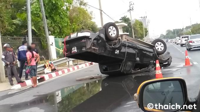 バンコク・カンチャナピセーク通りでトラックがひっくり返る大事故
