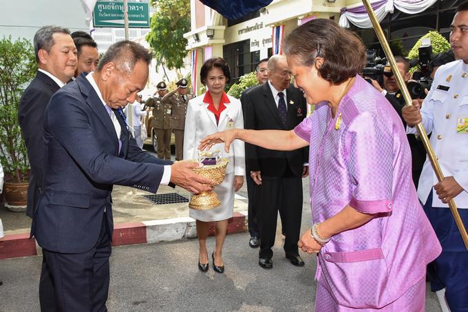 タイ赤十字社にてタイ国日本人会寄贈の献血車の贈呈式