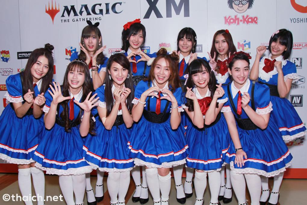 記者会見に登場したアイドルグループ SWEAT16!