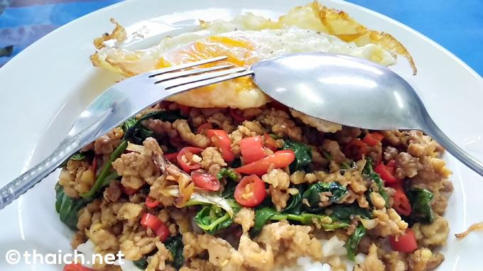 タイ料理の食べ方、右手にスプーンで左手にフォーク