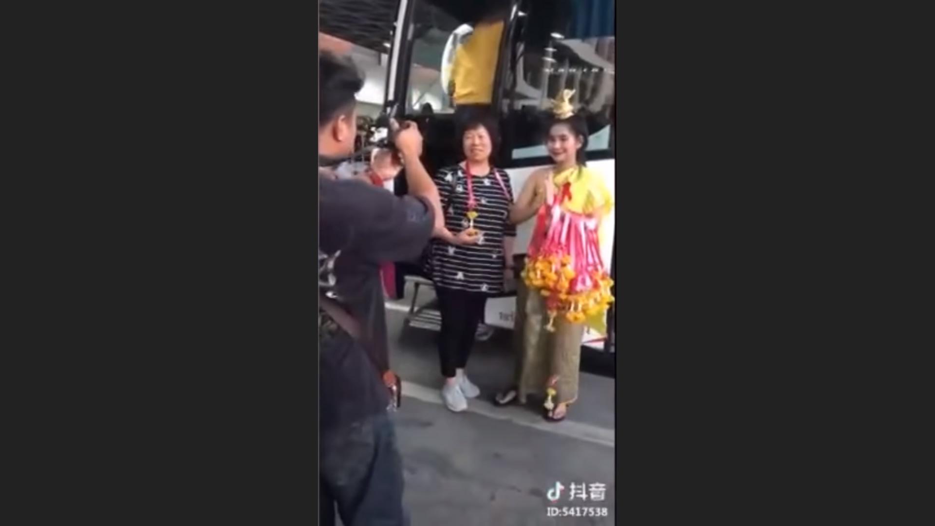 微笑みを忘れた女性がタイ警察からお説教、観光客のお出迎えで