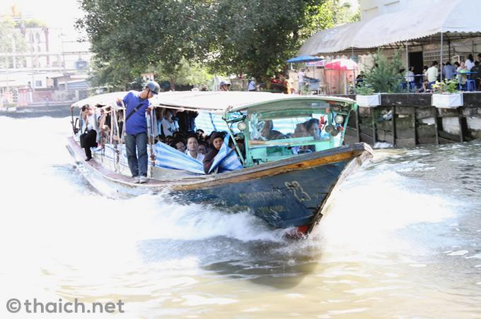 バンコクの汚染運河に落ちた老犬を青年が飛び込み救出(動画あり)
