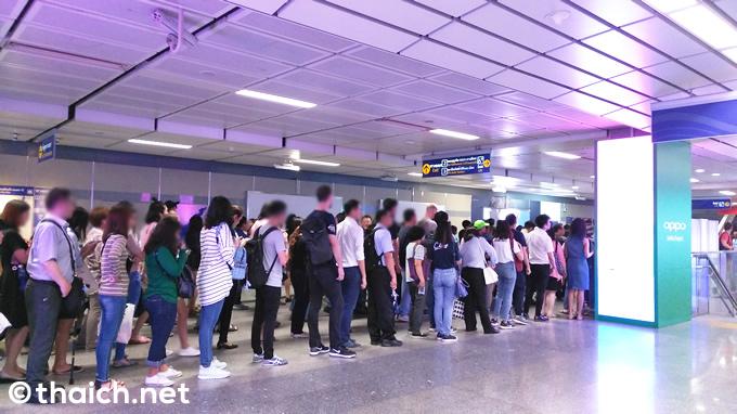 ラッシュ時のバンコク地下鉄MRTは改札から出るのも大行列