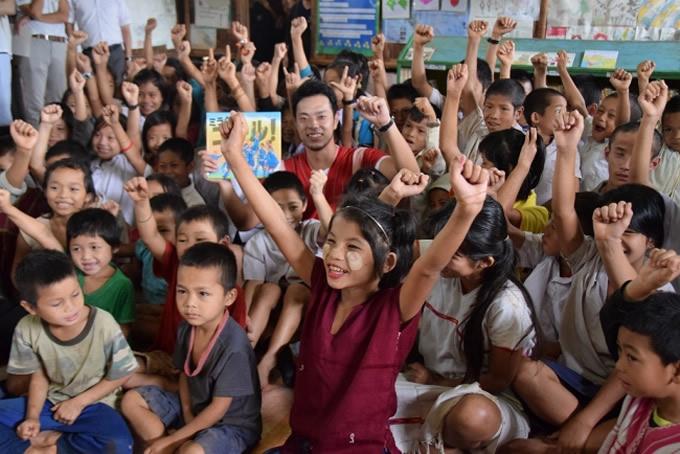 2017年図書館での読み聞かせ終了後の難民の子どもたちと(写真中央:本田氏)