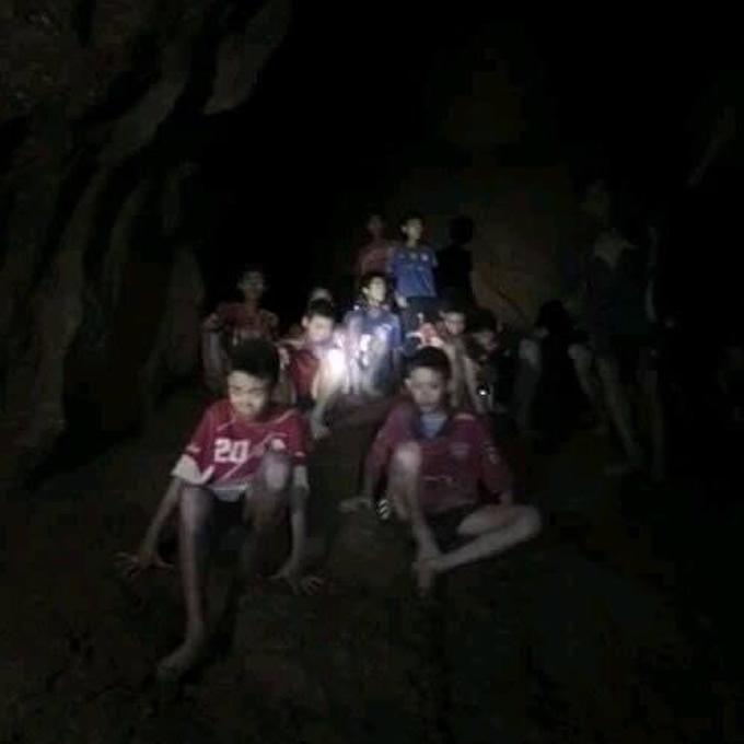 タイ洞窟で無事救助の13人の少年ら、脱出へ向けて潜水訓練を