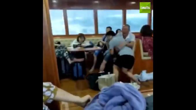プーケットでタイ史上最悪規模の海難事故、フェニックス号転覆直前の船内と救助活動の映像