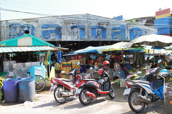 カオラックで暮らす庶民の生活が垣間見えるタクアパ市場へ