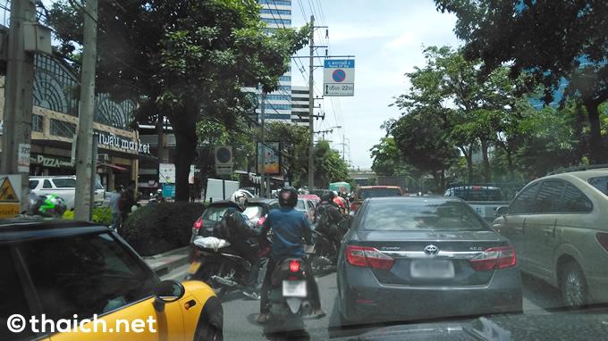バンコクでの交通違反~警官が賄賂を受け取る瞬間を見てしまった!