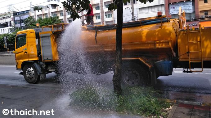 バンコクの街路樹に水を撒くダイナミックな放水車