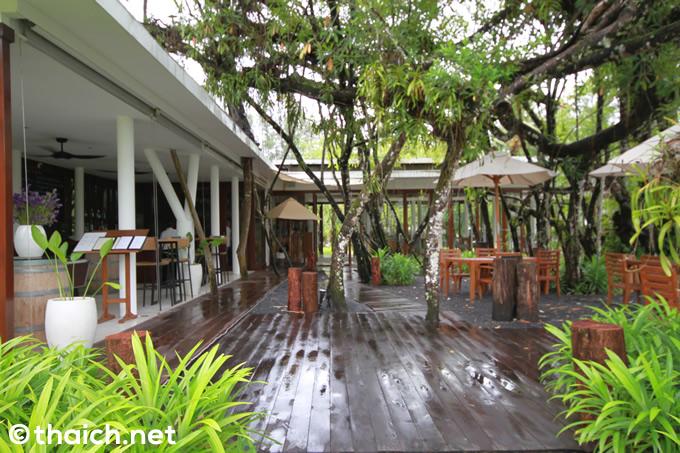 池の畔のレストラン「ファイカス」で昼食を~カオラック「ザ・サロジン」でのバケーション