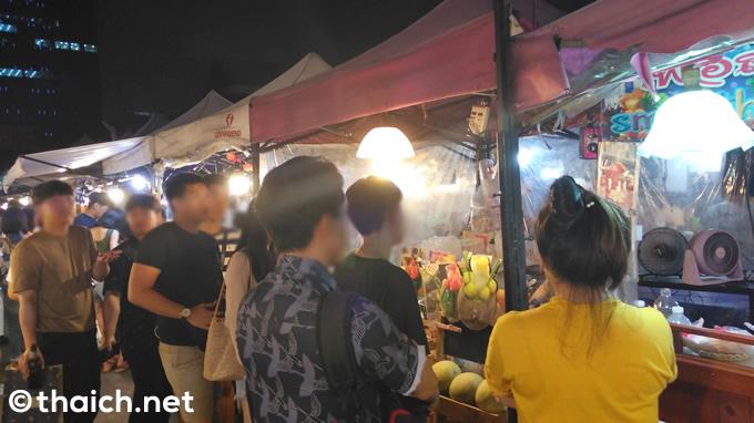 行列のできるセクシー巨乳姉さんのフルーツシェイク屋さん@バンコク鉄道市場ラチャダー