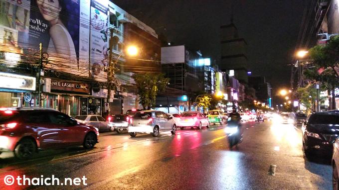 バンコクでの夜、料金を二重取りした嘘つきタクシー運転手の話