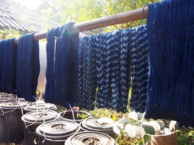 糸を植物で染色して、多彩な技法で布を織る繊細なラオスの手仕事。