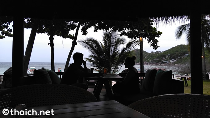 ディナー時、「The Haad Tien Beach Resort Koh Tao」内「inSea BAR & GRILL」からの風景