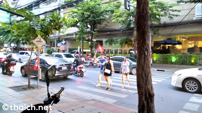 バンコクの道路、旗を上げて横断歩道を渡りましょう