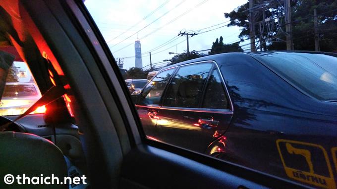 タクシーのBGMは「お経」、バンコクの渋滞にハマり1時間半