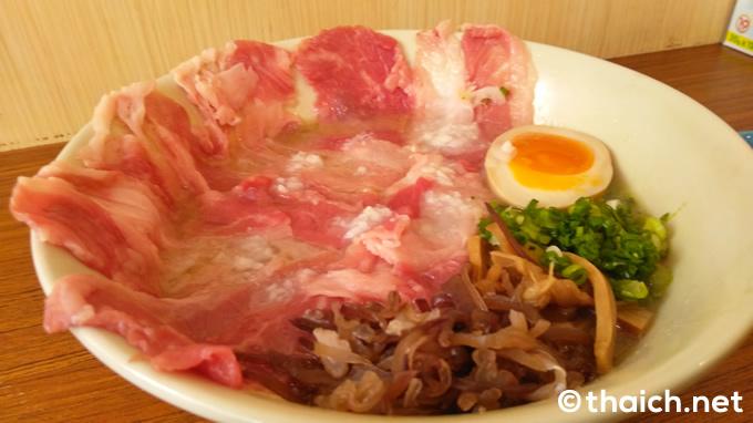 プロムポン「大阪豚骨ラーメン みさわ」のガスバーナーで炙る「和牛しゃぶラーメン」