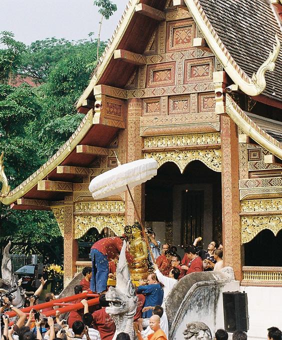 タイ旧正月のワット・プラシンのシヒン仏を運び出す儀式。仏像行列の先頭に置かれて街を練り歩く。(撮影:古川節子/橋口哲郎)