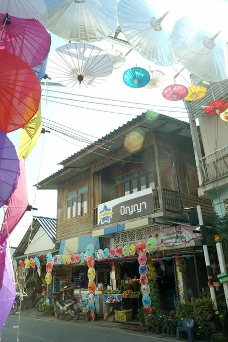 郊外のサンカンペーンは傘や紙すきなど工芸の産地。毎年1月開催の傘祭りはレトロな雰囲気が魅力。(撮影:古川節子/橋口哲郎)
