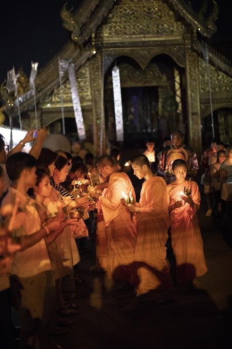 仏誕節、三宝節、万仏節の夜は寺院で儀式が行われる。(撮影:古川節子/橋口哲郎)