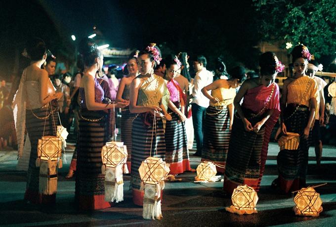 伝統的な紙灯篭を持ち、これから街をパレード。ローイクラトン祭の夜は灯篭の明かりが良き精霊や神を導くと信じられ、町中に灯される。(撮影:古川節子/橋口哲郎)