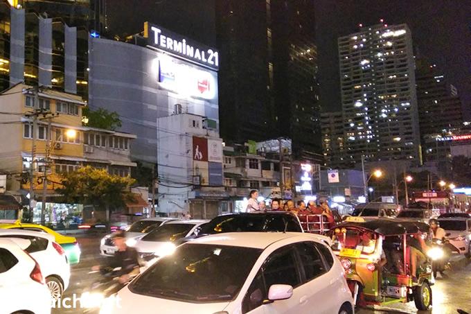 歓楽街のネオンを見つめる出稼ぎ労働者たち~バンコクの街角の風景
