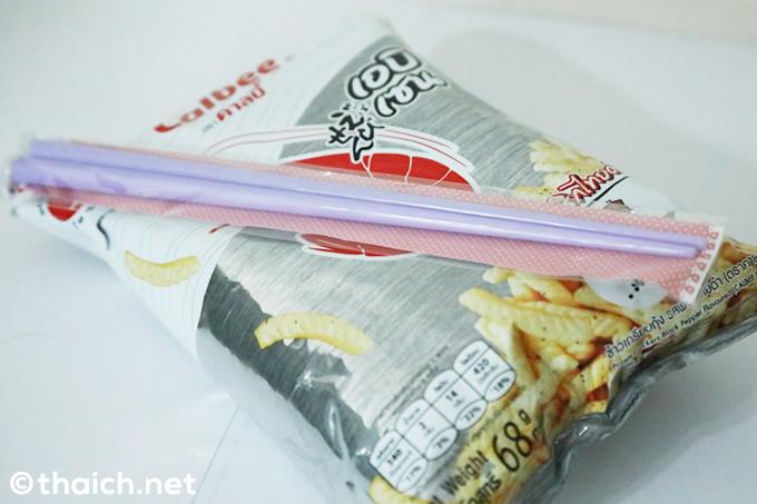 「かっぱえびせん」箸付き~タイでもやっぱり箸を使います