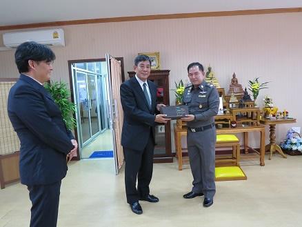 チョンブリ県警本部にて、PJA岩はえ会長とナチャサート県警本部長 (2017年10月)
