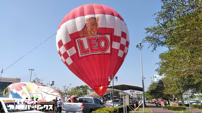 タイのビールブランド「LEO」の気球を飛ばす