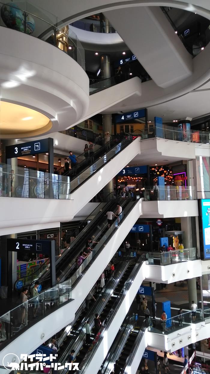 イタリア人男性が6階エスカレーターから死のジャンプ、バンコク・ターミナル21内で