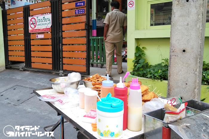 小学生の下校時の買い食い~バンコクの街角の風景