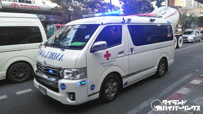 道を譲られず進めない救急車~バンコクの街角の風景