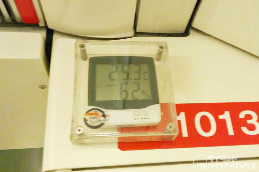 涼しいバンコクの地下鉄の車内、温度25.3℃ 湿度62%