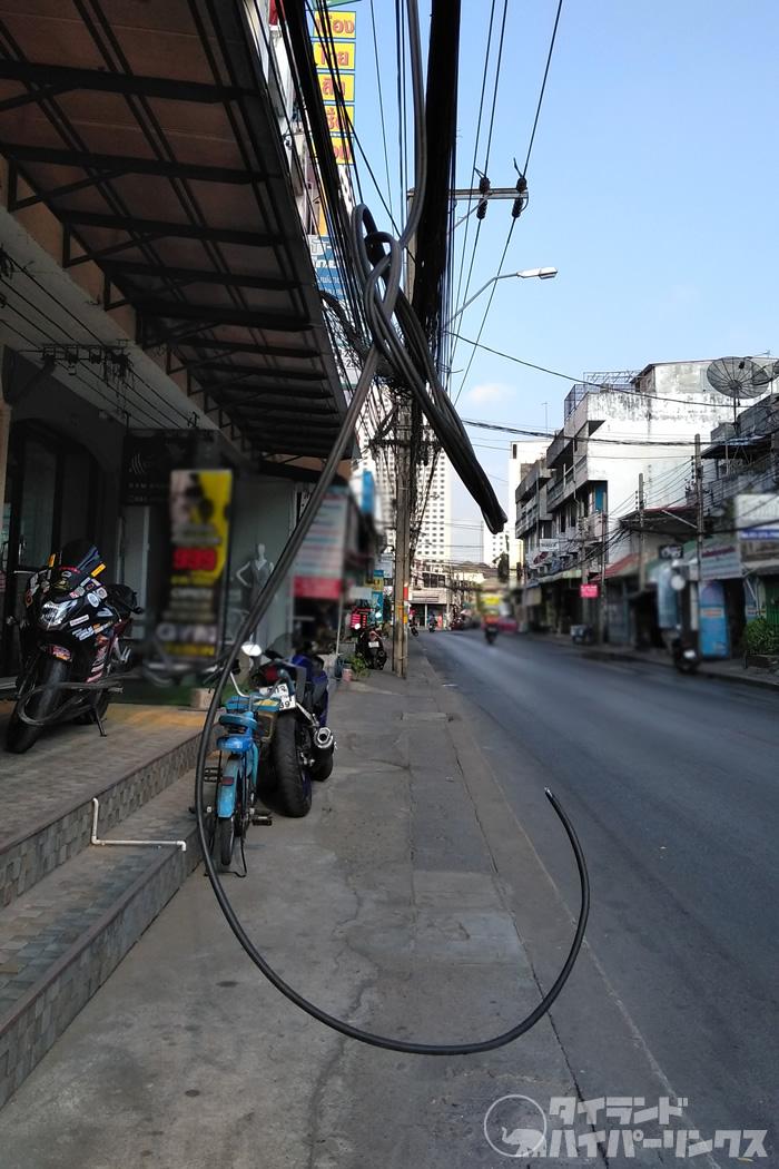 タイ南部、男性が垂れた電線に触れて感電死