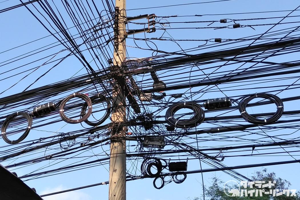 目の前に垂れ下がる電線を発見、これ大丈夫?~バンコクの街角の風景