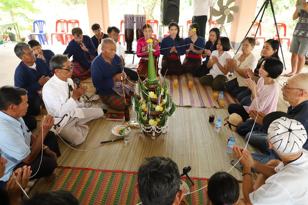 タイ東北部・イーサーン地方、ウボンのナーイヤ村でモーラム保存会の皆さんに「からだに宿る魂が、体から離れて病気になったり、災難がおきないように」と儀式をしていただきました。