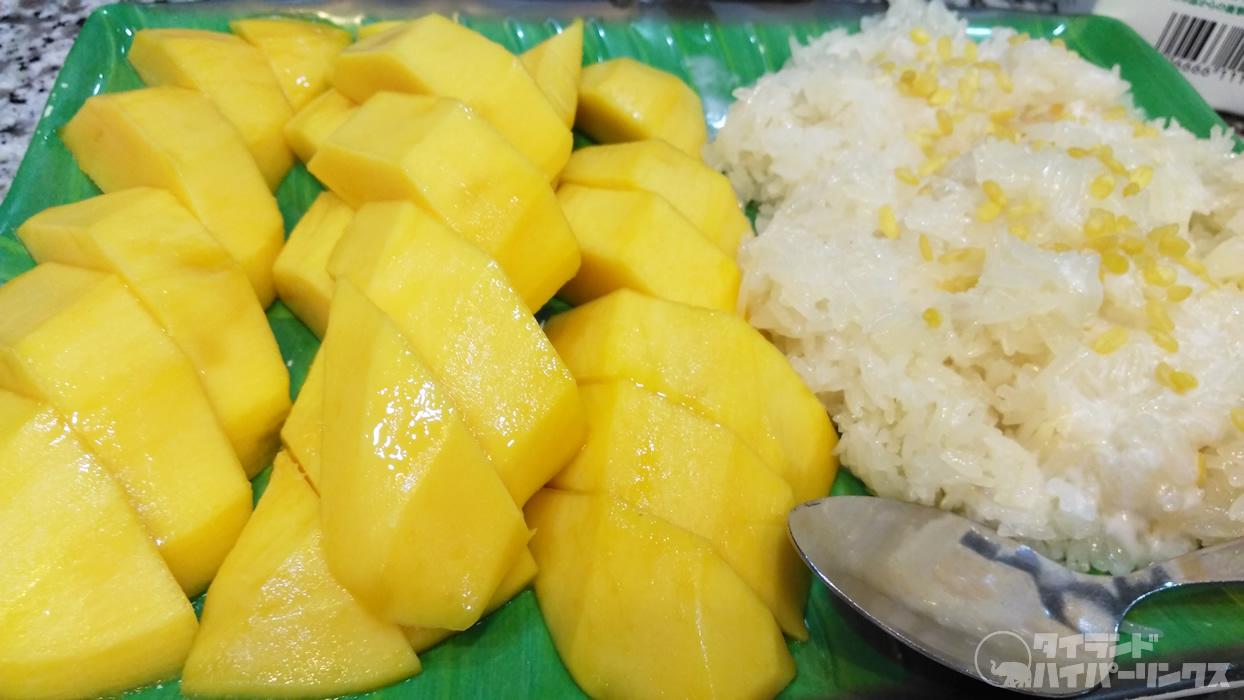 もち米と完熟マンゴーを一緒に食べる「カオニャオ・マムアン(ข้าวเหนียวมะม่วง)