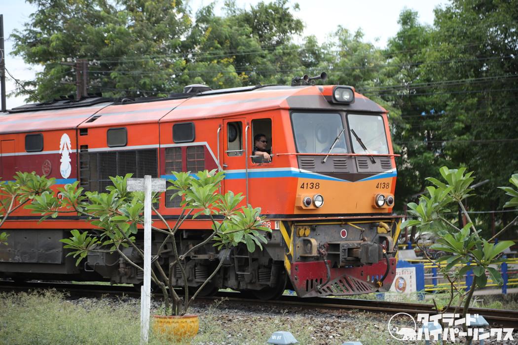 タイ国鉄アユタヤ駅で快速106列車を待つ