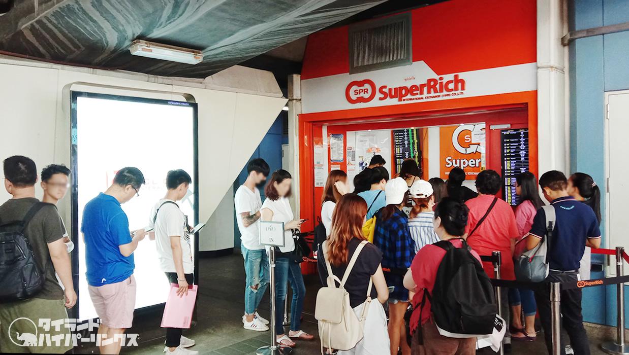 BTSアソーク駅の好レート両替商「スーパーリッチ」は激混み