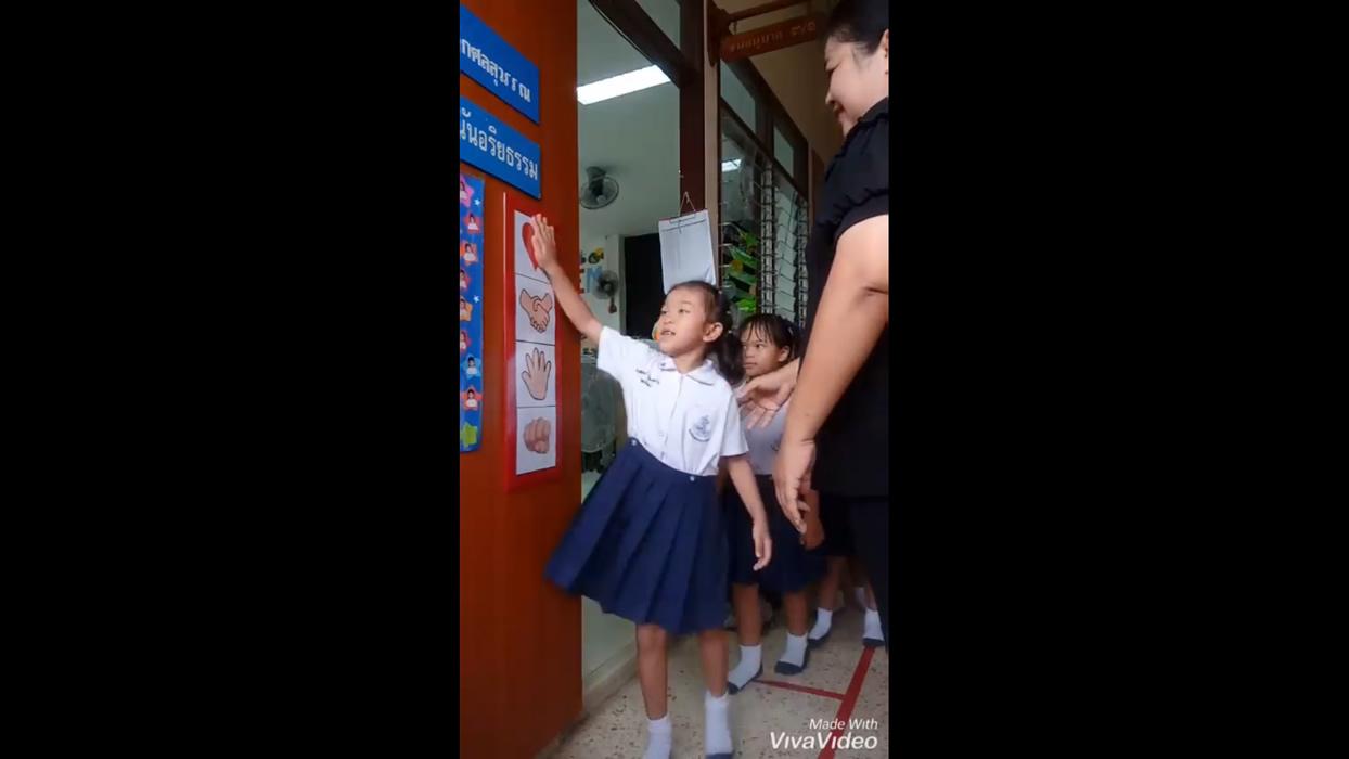 タイのハートフルな小学校の動画が話題!ハートを選んでギュッとハグ