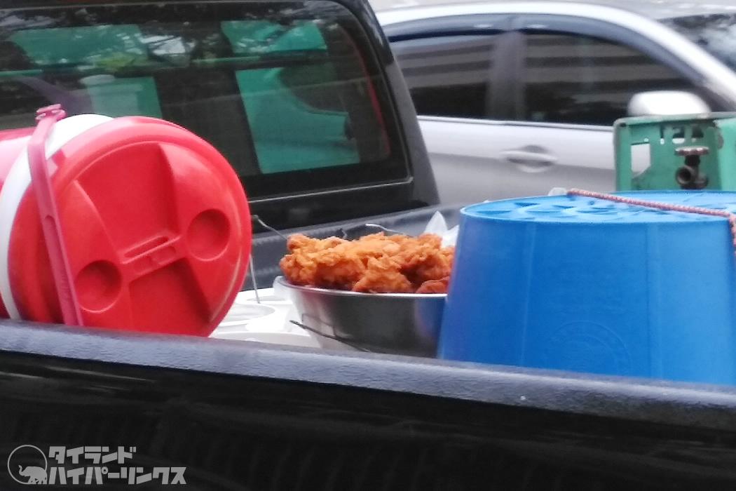 トラックの荷台に鶏の唐揚げ!~バンコクの街角の風景
