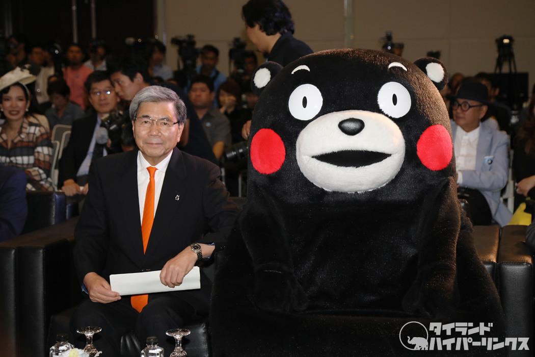 くまモンと見守る蒲島郁夫熊本県知事