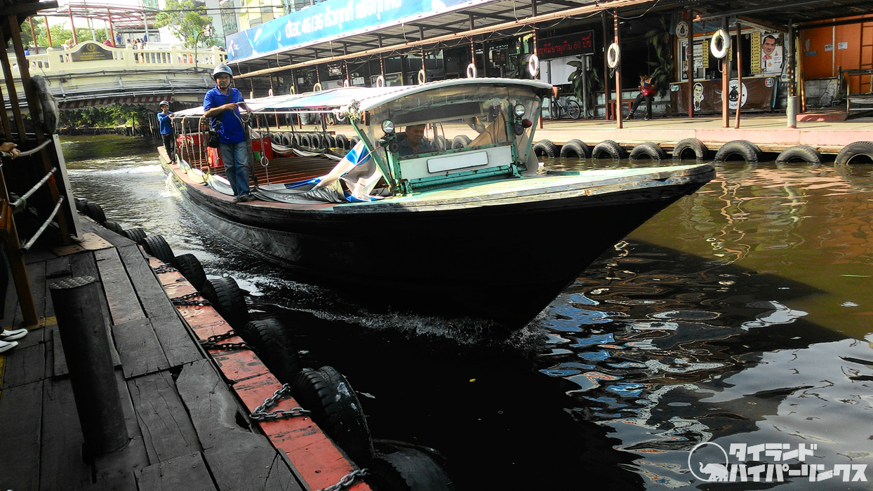バンコクの運河で泳いでいた少年、ボートバスにはねられ死亡