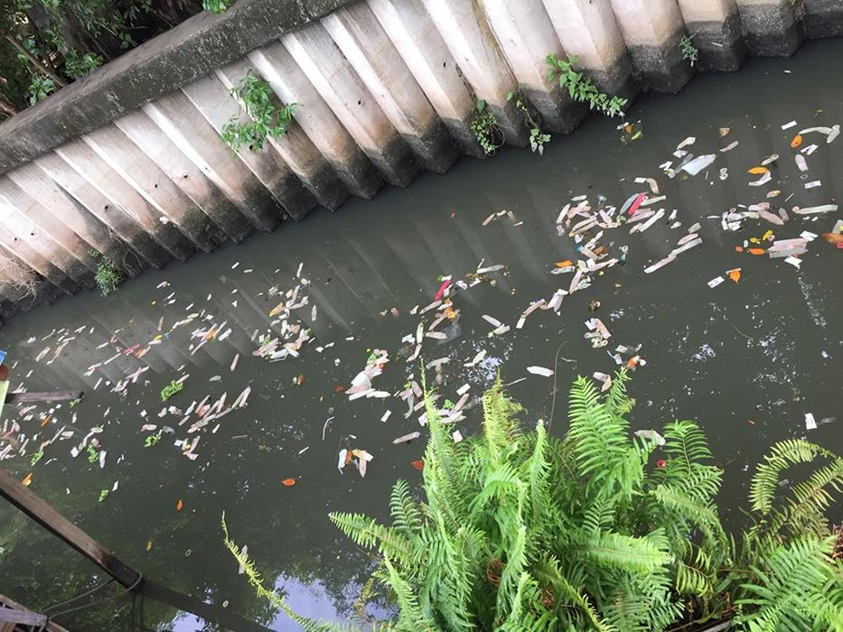 バンコクの運河にホテルのゴミが大量に流れる、清掃業者が廃棄か